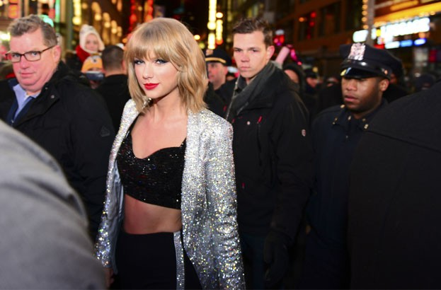 Taylor Swift hacked, but denies naked pictures will be leaked